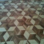 Aplicação de verniz em tacos de madeira